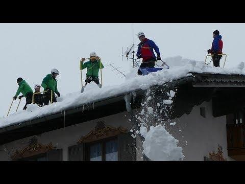 Jahrhundertwinter, Hausdächer in Wallgau werden von der Schneelast befreit am 13.01.2019