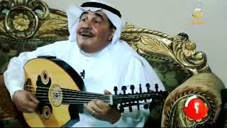 الفنان صالح السيد يداعب أوتار العود، ويشدو بأغنيته الشهيرة