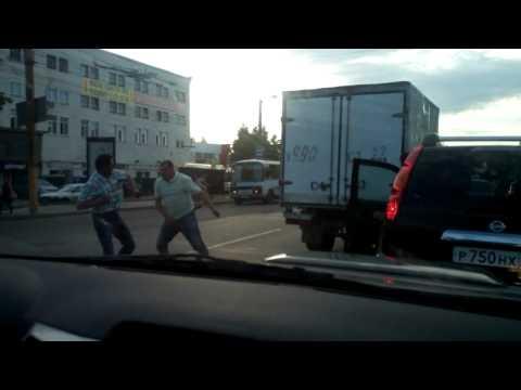 Город Киров, Октябрьский проспект. Драка на дороге, Газель против Ниссана.