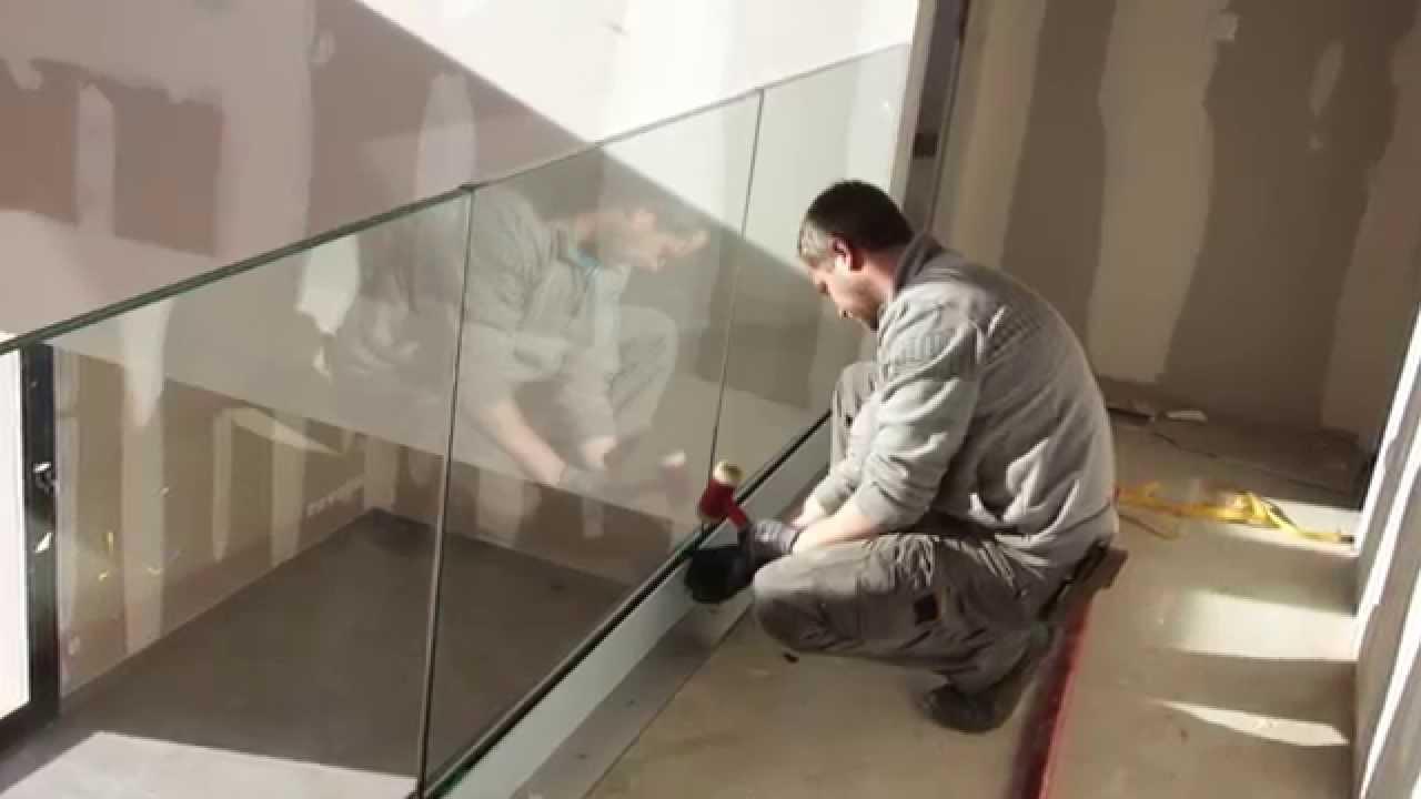 Garde corps verre profil de sol youtube for Plaque de plexiglas leroy merlin