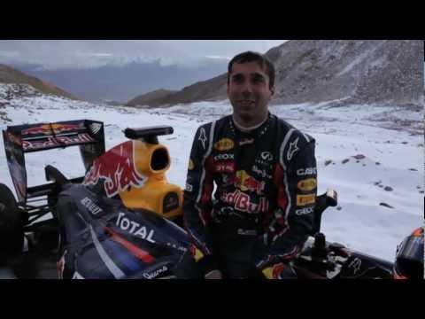 レッドブルのF1ショーカーが標高5600m のインドにあるカルドン峠を走った! 以前ビーチ砂の上や凍った湖の上やテキサスの荒野でF1マシンを走ら...