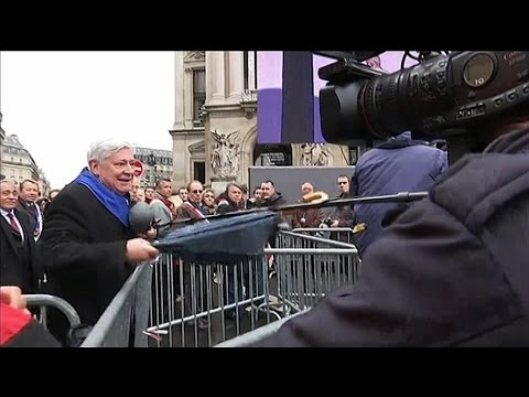 défilé fn: bruno gollnish frappe des journalistes de canal +