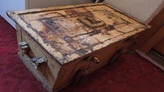 Женщина открывает старый сейф, который она унаследовала от своей двоюродной бабушки