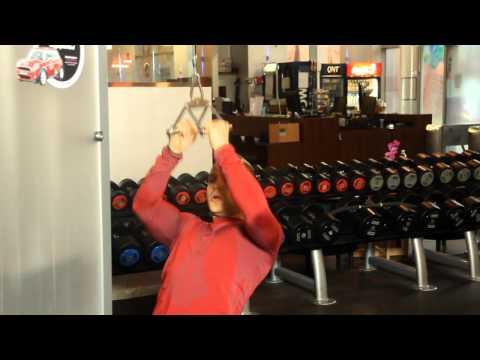 Ściąganie drążka z wyciągu górnego do klatki piersiowej (chwyt neutralny)