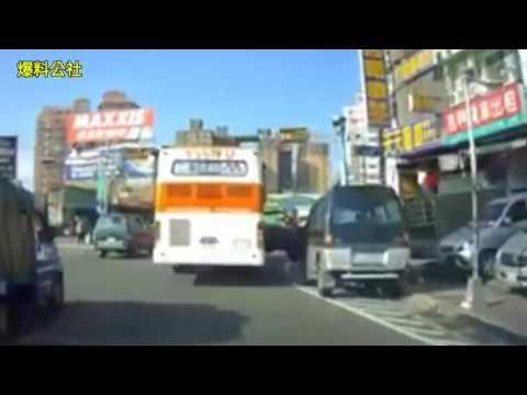 廂型車違停槽化線 駕駛突開車門 公車擦撞「開花」好紓壓