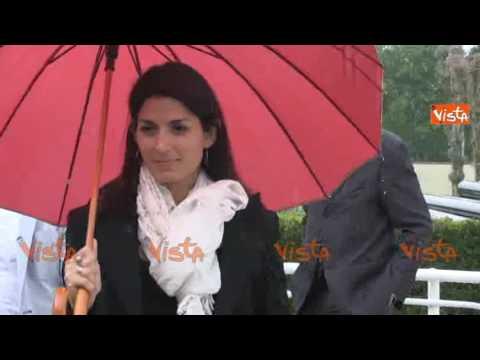 Virginia Raggi con l'ombrello all'assemblea Acea