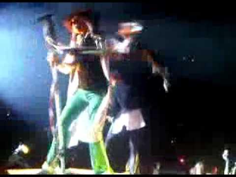 Aerosmith Steven Tyler Falls Off Stage at Toronto on Aug 17, 2010