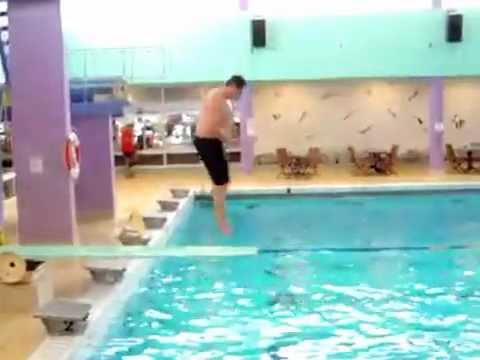 R gis tombe sur le plongeoir comme une cr pe puis dans la for La piscine translation