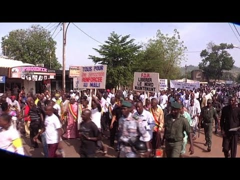 Thousands march in Mali to urge intervention against Islamists
