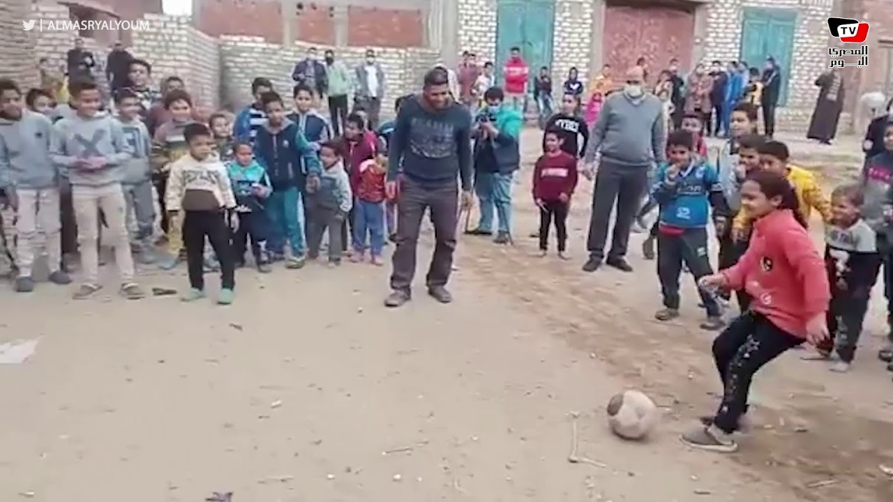 نائب محافظ الجيزة تلعب كرة القدم مع أهالي قرية الجزيرة بالصف  - 18:58-2021 / 1 / 25