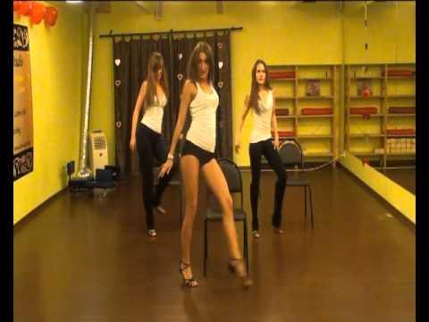 Райская девочка танцует стриптиз