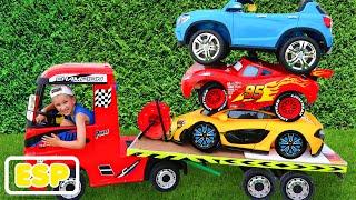 Niki montar en camión de remolque y jugar venta de coches de juguete para los niños