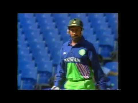 Gavin Larsen gets Salim Malik - NZ vs Pakistan 2nd ODI Auckland 1994
