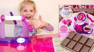 Шоколадная фабрика для детей вкусные конфеты своими руками развлекательное видео для детей(Милана с мамой делают вкусные шоколадные конфеты с набором шоколадная фабрика для детей, крутим, крутим,..., 2016-11-11T12:00:03.000Z)