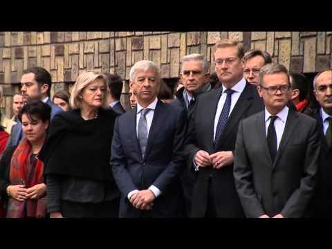 Herdenking Parijs Franse ambassade en toespraak burgemeester Jozias van Aartsen