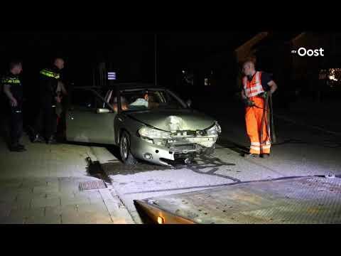 Auto richt ravage aan in Almelo en zet straat in het donker