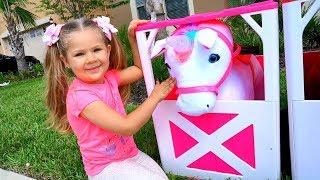 Diana brinca com cavalos de brinquedo