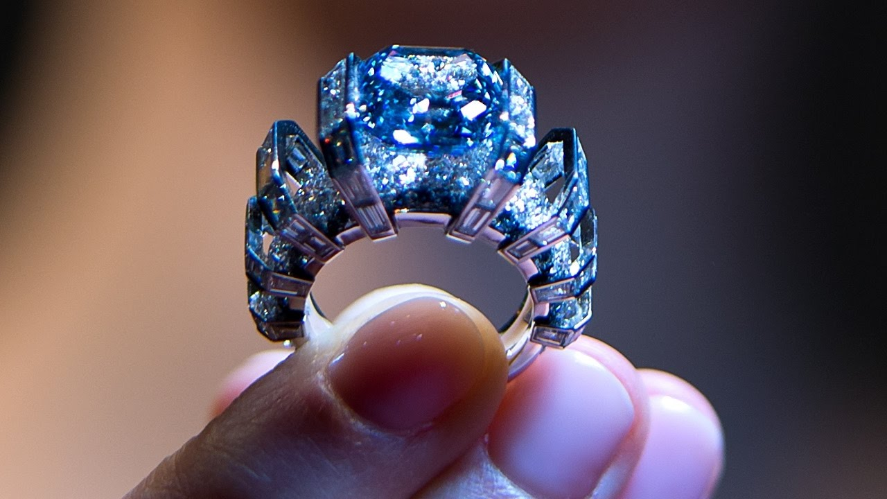 Голубой бриллиант и колье жены Петра I выставят на аукцион (новости ... ce6496fc1bc