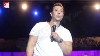 بالفيديو والصور.. مدحت صالح يبكي أثناء الغناء في حفل