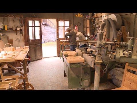 Artisanat les derniers sculpteurs de bois au couteau youtube - Sculpture au couteau ...