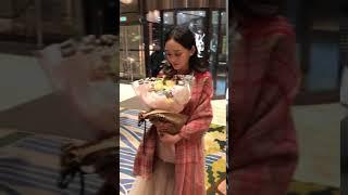 送花给何泓姗,高兴坏了…… Send flowers to He Hongshan. I'm so happy.