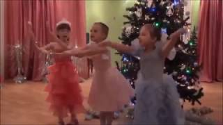Новый год в детском саду  Сценка конфеток и сладкоежек