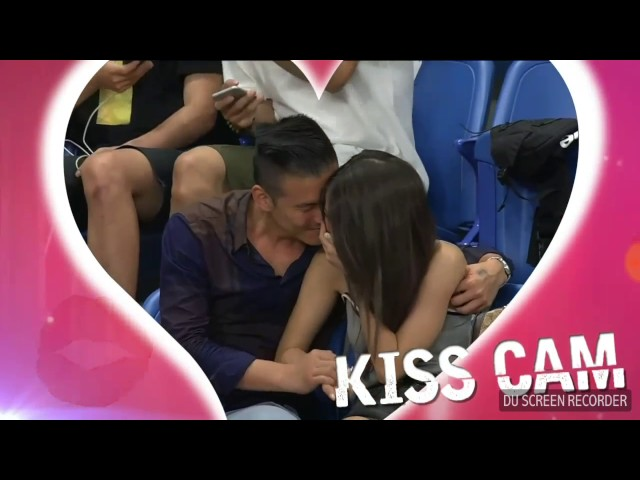 La 'Kiss Cam' pilla a una pareja en un momento caliente e incómodo