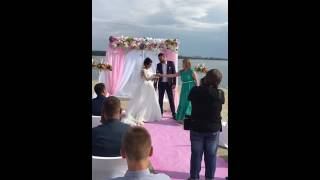 Невеста спела для жениха на свадьбе