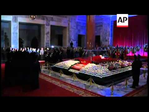 SKorea delegation pays tribute to Kim Jong Il, meets Kim Jong Un