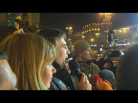Освобожденный Саакашвили идет по Крещатику. Речь на ступенях КМДА