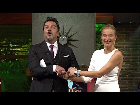 Beyaz Show - Beyaz, Burcu Esmersoy'un Elini Tutabilmek Için Fırsatı Iyi Değerlendirdi!