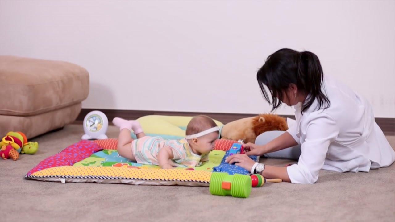 Resultado de imagem para bebe aprendendo a engatinhar