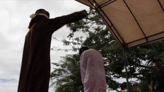 Download Video Indonesian men caned for gay sex before jeering crowd MP3 3GP MP4