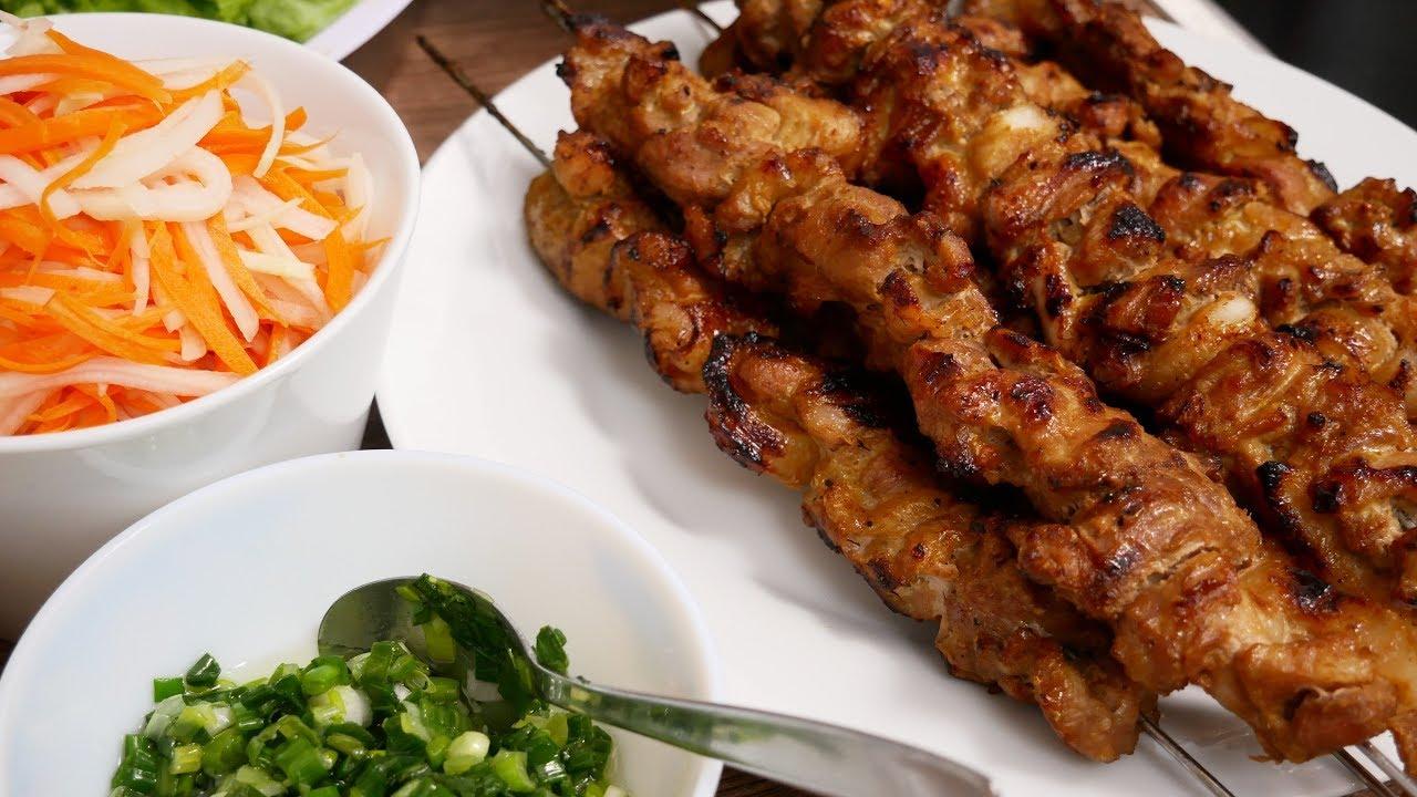 BÚN THỊT NƯỚNG – Cách ướp thịt nướng xiên, cách trụng Bún khô, cách rang Đậu nhanh by Vanh Khuyen