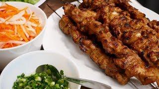 BÚN THỊT NƯỚNG - Cách ướp thịt nướng xiên, cách trụng Bún khô, cách rang Đậu nhanh by Vanh Khuyen