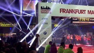 Frankfurt Marathon Messehalle 2015 Zieleinlauf