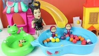 Masha Ve Küçük Cadı Kurbağa Havuzda Oyun Oynuyor Eğlenceli Çizgi Filmler