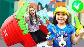 HELOÍSA FINGE BRINCAR DE CONSERTAR A CASA DA MAMÃE (Pretend Play with Playhouse for kids)