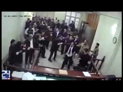Lawyers fight with each other in Session court Lahore