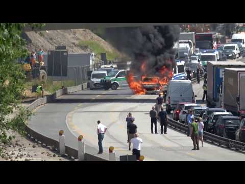 Auto in Flammen | Autobahn A7 in Hamburg-Eidelstedt