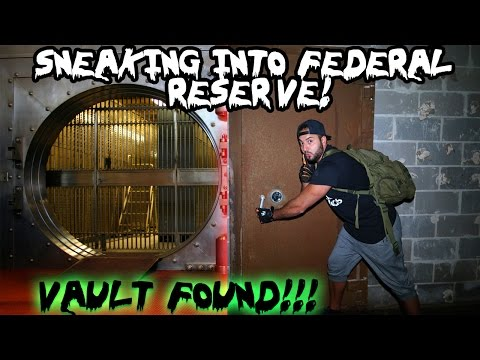 (ABANDONED BANK) SNEAKING INTO ABANDONED FEDERAL BANK // CLIMBING TO THE ROOF / I FOUND THE VAULT!!