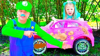 Nastya berpura-pura bermain cuci mobil dengan mainanpembersih