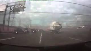 Шокирующие грузовик до кучи грузовиков на шоссе скапливаются шоссе(, 2016-01-31T23:10:03.000Z)