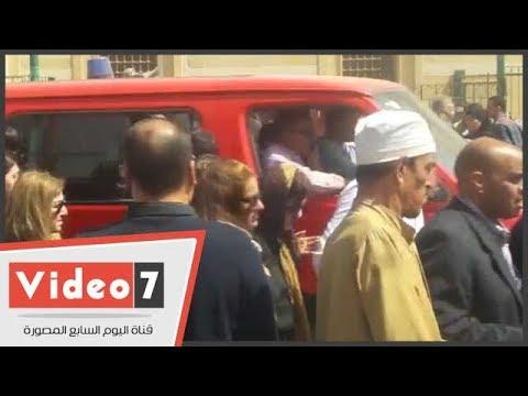 انهيار زوجة عبد الحكيم عبد الناصر أشناء تشييع جثمان والدها
