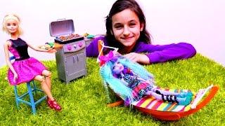 Мультики для девочек. #МонстрХай (Monster High) на барбекю у #Барби! Видео про куклы