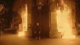 Un artiste russe met le feu à la Banque de France