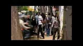 Muslimische Kriminelle werden von Griechen in die Schranken verwiesen.avi