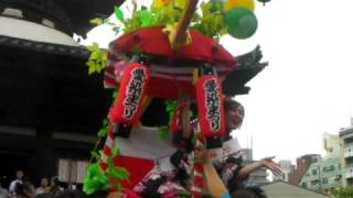 6月30日 愛染祭りの宝恵カゴ行列が愛染堂勝鬘院に到着した後、本堂裏手の...