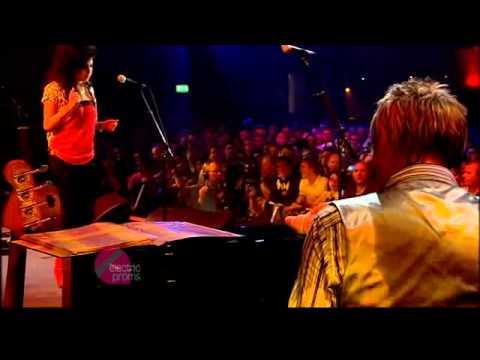 Amy Winehouse & Paul Weller - Don't Go To  Strangers - Live