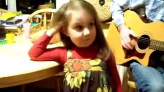 Маленькая девочка красиво поёт. 5 лет